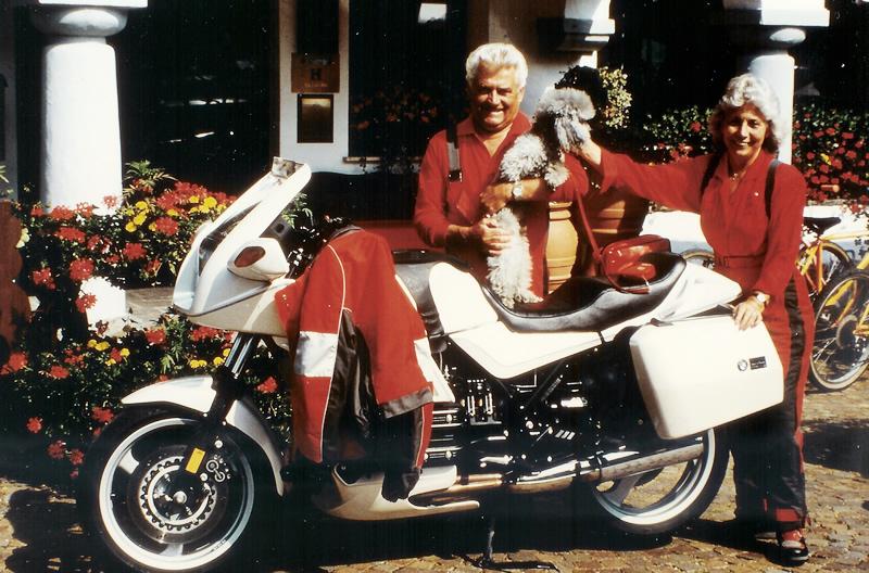 Mit Motorrad und Hund